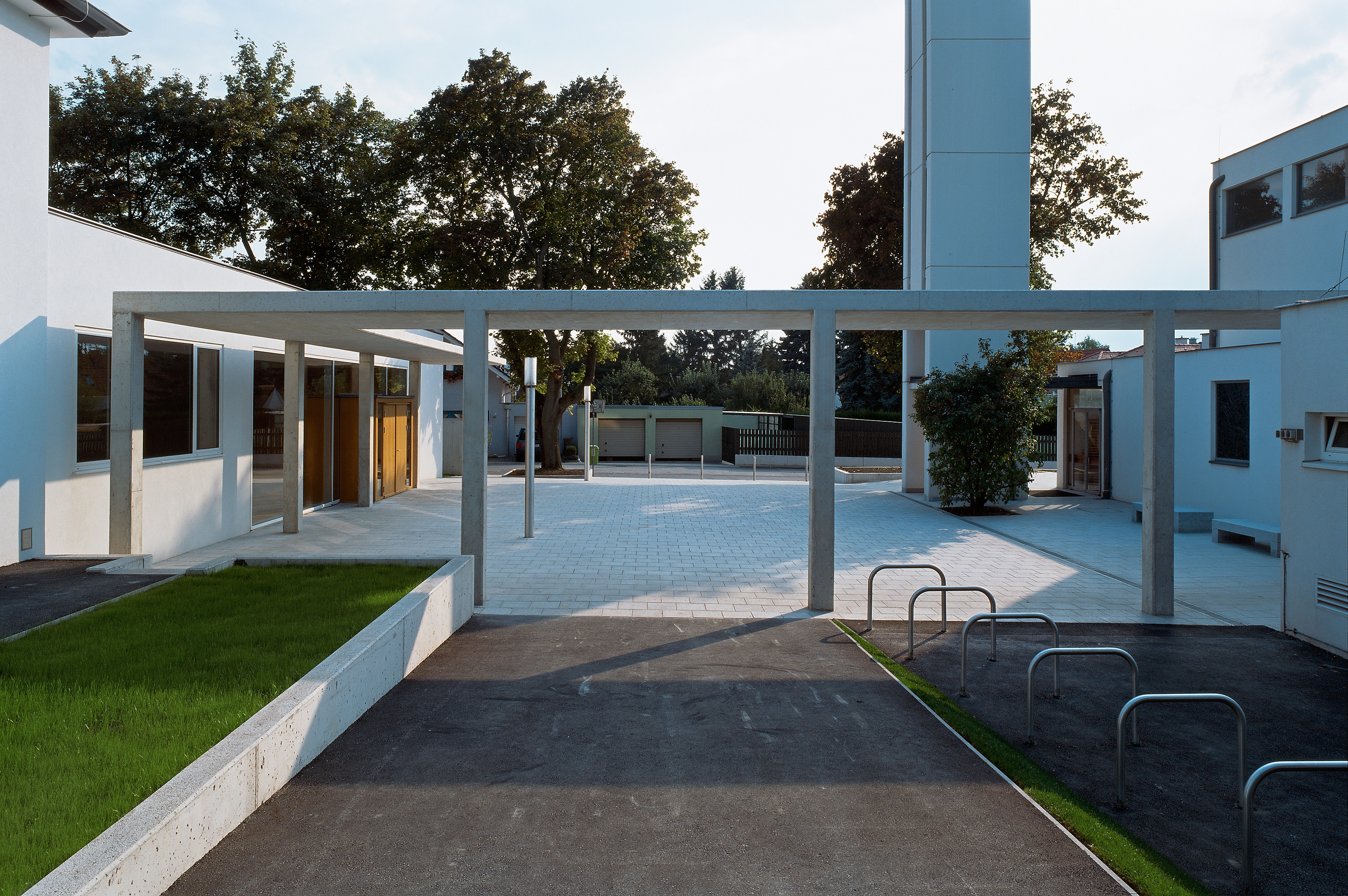 <p>© RUNSER / PRANTL architekten, Pfarrgemeindezentrum, 2353 Neu Guntramsdorf, Niederösterreich, Österreich, 2009, Platzgestaltung, Kirche, Fotograf Rupert Steiner</p>