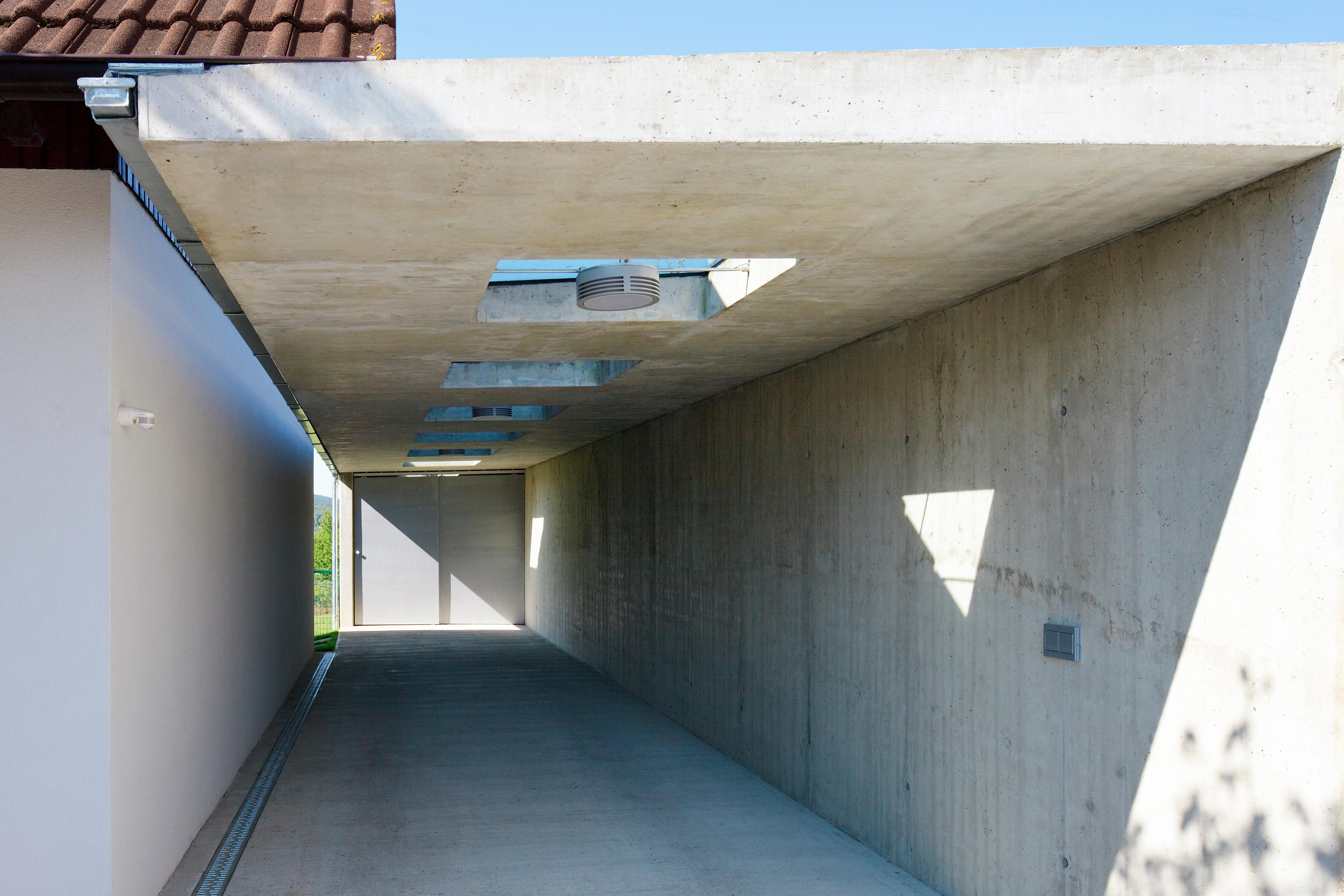 <p>© RUNSER / PRANTL architekten, Haus P., Autoabstellplatz und Terrasse, 3400 Klosterneuburg, Niederösterreich, Österreich, 2012, Wohnhaus, Fotograf Rupert Steiner</p>